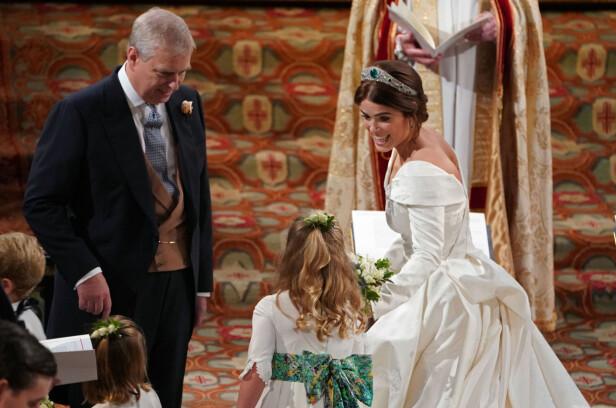 STOLT FAR: Prinsesse Eugenie ble fulgt inn til seremonien av sin far prins Andrew. FOTO: NTB Scanpix