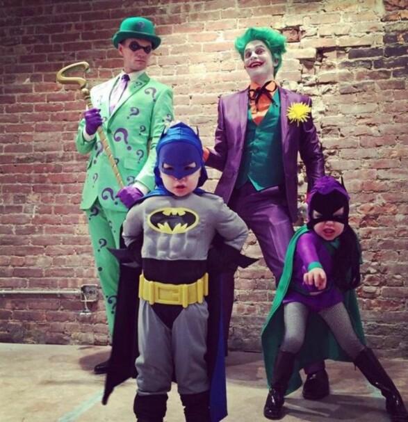 Skuespiller Neil Patrick Harris, kjent fra tv-serien How I Met Your Mother, kledde seg ut som kjente karakterer fra Batman sammen med familien sin. Foto: SipaUSA