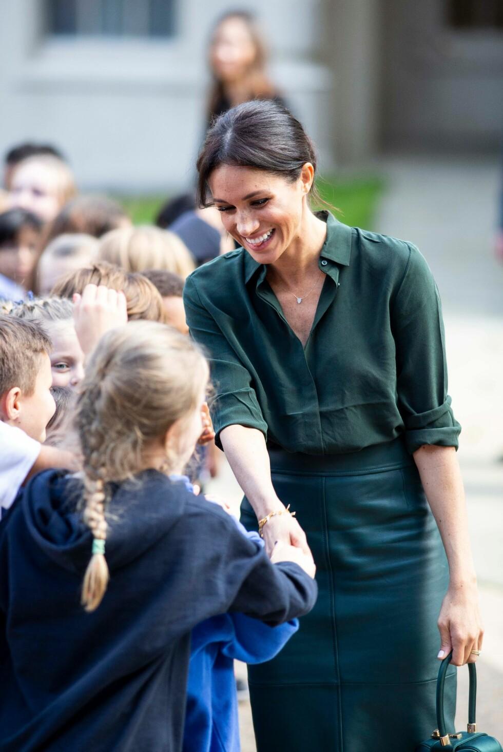 GLAD I BARN: Hertuginne Meghan har et helt spesielt barnetekke. Her i møte med flere av barna som hadde samlet seg under besøket i Sussex i oktober 2018. FOTO: NTB Scanpix
