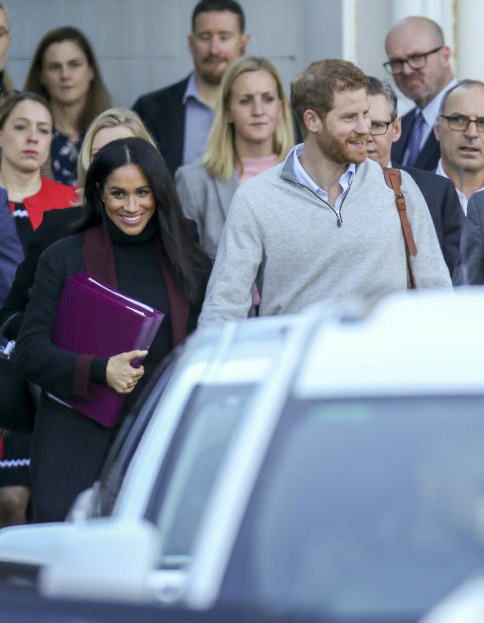 I AUSTRALIA: Samme dag som gravidnyheten ble kjent landet prins Harry og hertuginne Meghan i Sydney, hvor de skal overvære veldedighetsarrangementet Invictus Games. Meghan hadde to permer strategisk plassert foran magen. FOTO: NTB Scanpix