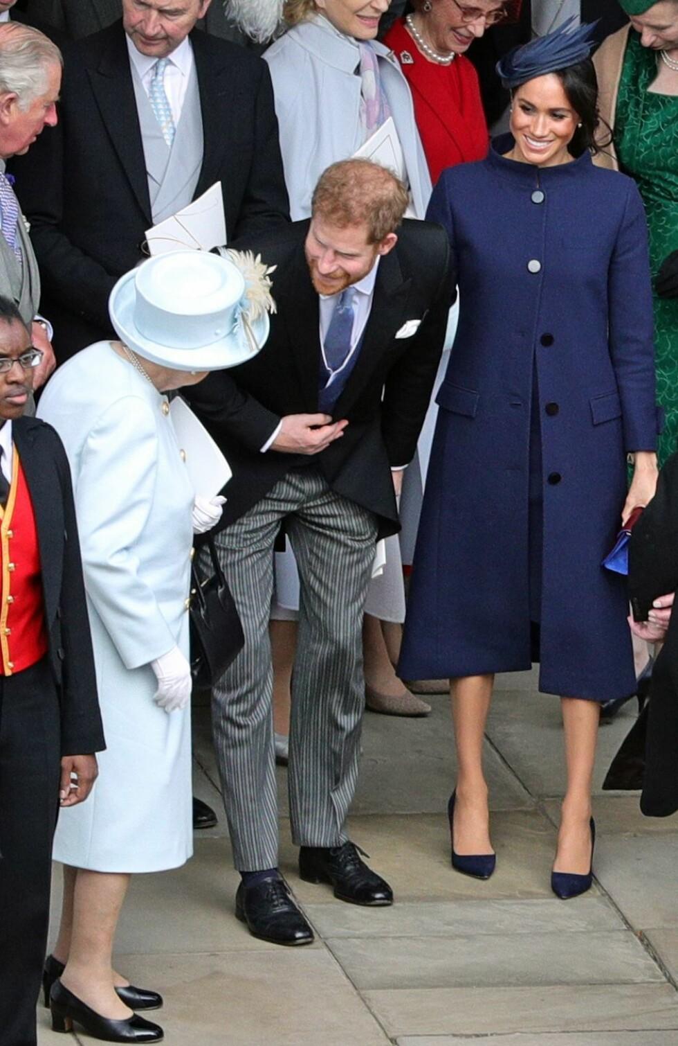 OLDEMOR: Dronning Elizabeth, som er 92 år, kan til våren glede seg over å få sitt syvende oldebarn. Her hilser hun på barnebarnet prins Harry og hans kone Meghan utenfor Windsor Slott i anledning prinsesse Eugenies bryllup. FOTO: NTB Scanpix