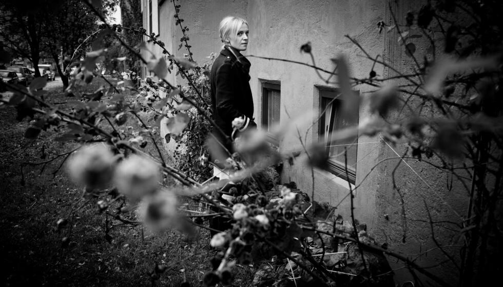 UT AV MØRKET: Kjersti Annesdatter Skomsvold var ME-syk i mange år. I dag er hun frisk, og bokaktuell. Hun avviser at ME-tematikken skremmer henne:  – Jeg unngår det ikke, men jeg oppsøker det heller ikke. FOTO: Agnete Brun/Forlaget Oktober