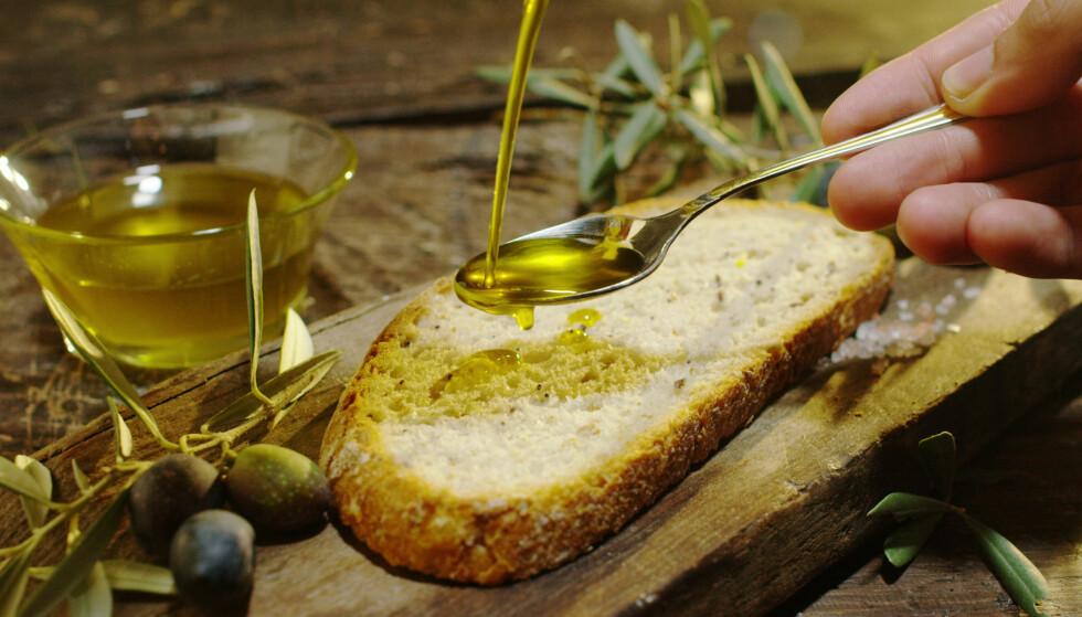 PÅ SKIVA: I middelhavslandene får vi sjeldnere servert smør med brødet. Sundfør mener vi godt kunne byttet ut smøret med sunne oljer oftere. FOTO: NTB Scanpix