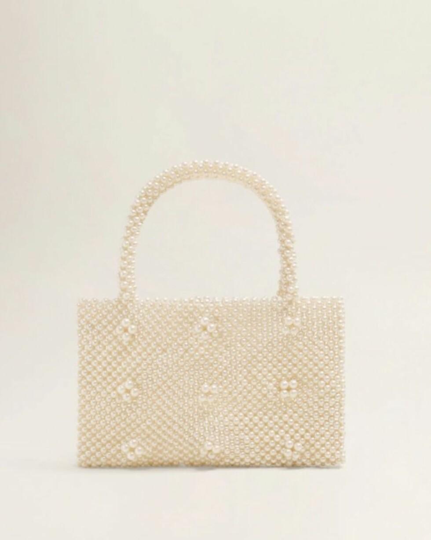 Veske fra Mango |499,-| https://shop.mango.com/no-en/women/bags-handbags/pearls-bag_33050996.html?c=01&n=1&s=accesorios_she.accesorio;40,340,440