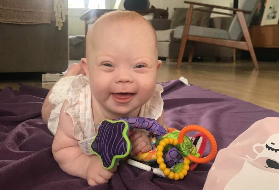 TAKKNEMLIG: – Jeg har ikke angret en eneste dag på at jeg ikke tok fostervannsprøven. Jeg er heldig som er mamma til et barn som tilfeldigvis har et syndrom, sier Camilla. FOTO: Privat