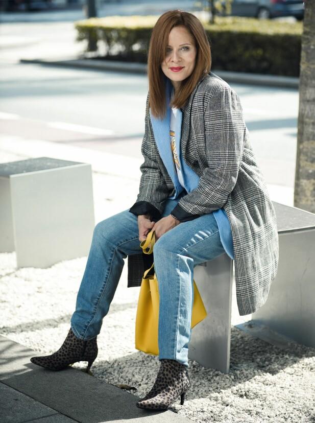 HANNE HAR PÅ SEG: Kåpe (kr 1300), T-skjorte (kr 100) og jeans (kr 400, alt fra KappAhl), blazer (kr 500), veske (kr 200) og ankelstøvletter (kr 400, alt fra H&M). FOTO: Astrid Waller