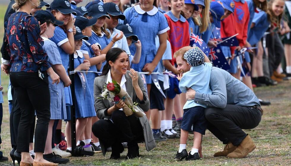 VAKKERT ØYEBLIKK: Prins Harry har alltid hatt en helt spesielt kontakt med barn - og dette fikk han vist for sin gravide kone under besøket i Australia. FOTO: NTB Scanpix
