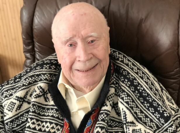 BJARNE (91): Den tidligere diplomaten angrer ikke på noe han har gjort eller ikke gjort i livet. Han mener at livet er for kort til å angre på ting. FOTO: Malini Gaare Bjørnstad
