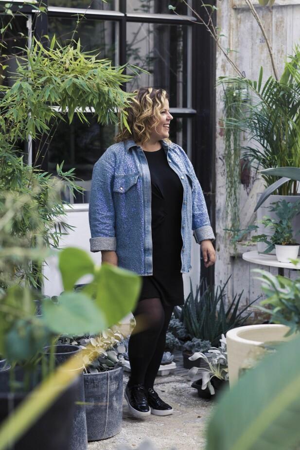 – Da jeg først begynte å snakke om følelsene, ble jeg redd for å bli sittende hjemme inni et sånt pledd med ermer som du får kjøpt på Et enklere liv, sier Else. FOTO: Astrid Waller