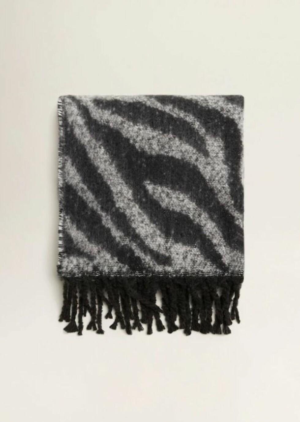 Skjerf fra Mango  299,-  https://shop.mango.com/no-en/women/scarves-and-foulards/zebra-printed-scarf_33045780.html?c=99&n=1&s=accesorios_she.accesorio;52,452