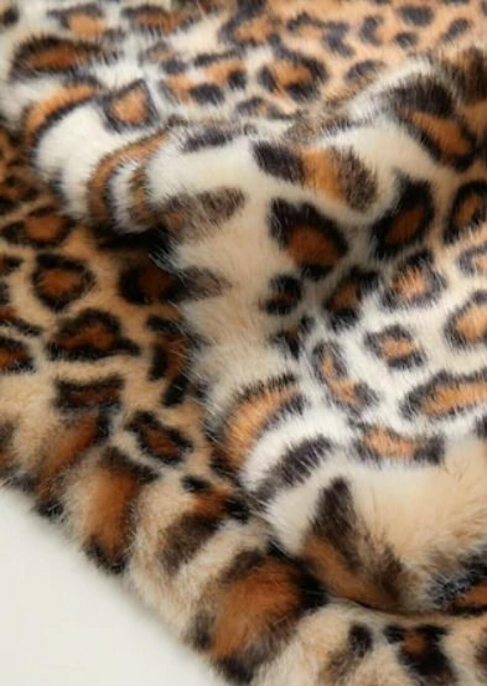 Skjerf fra Mango  499,-  https://shop.mango.com/no-en/women/scarves-and-foulards/faux-fur-leopard-stole_33087655.html?c=08&n=1&s=accesorios_she.accesorio;52,452