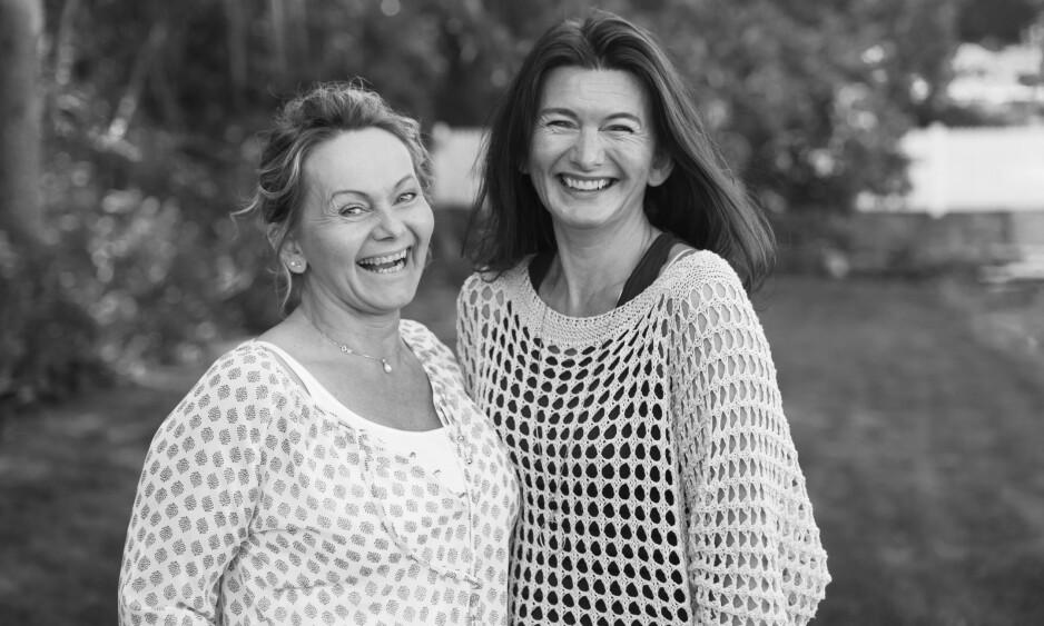 SØSTRE MED FUNKSJONSHEMMEDE BARN: Latteren sitter løst og replikkene er freske når søstrene Gro Miller og Grethe Larsen en sjelden gang får litt alenetid. FOTO: Alexander Dahlstrøm Winger