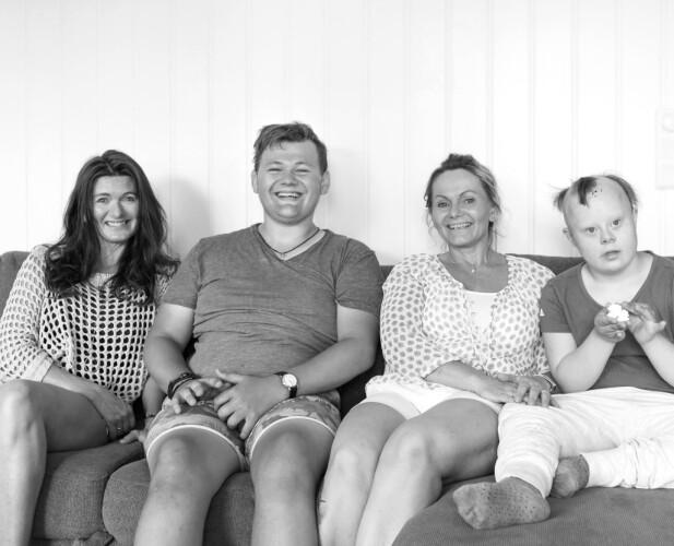 Søstrene Grethe Larsen (t.v) og Gro Miller er knyttet sammen i et spesielt fellesskap. Her er de samlet i sofaen sammen med Grethes sønn Marcus og Gros datter Helene. FOTO: Alexander Dahlstrøm Winger