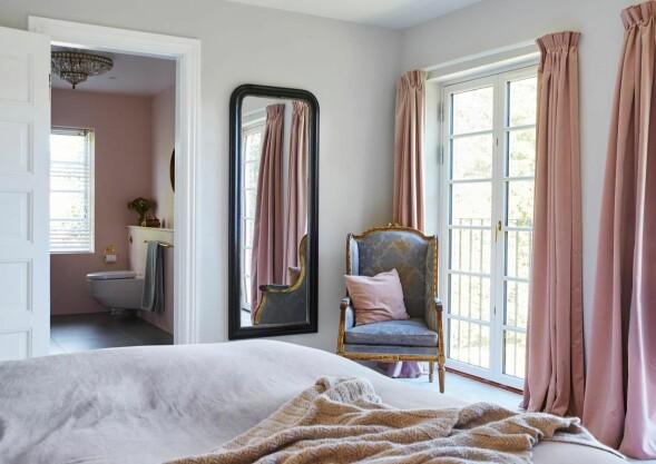 Fie har skapt ro på soverommet og en helhet i interiøret ved å ta opp rosafargen fra stueveggen og badet, på putene og gardinene på soverommet. FOTO: Stylesystemet