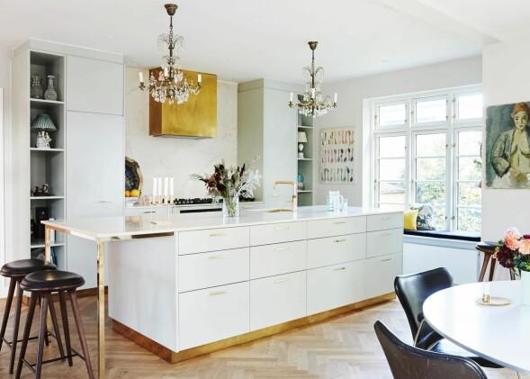 Spisebordet og stolene er danske møbelklassikere fra Arne Jacobsen. Lysekronen er fra Auktionsverket, barstolene fra Mater, lysestake fra by Lassen og glassvase fra H & M Home. FOTO: Stylesystemet