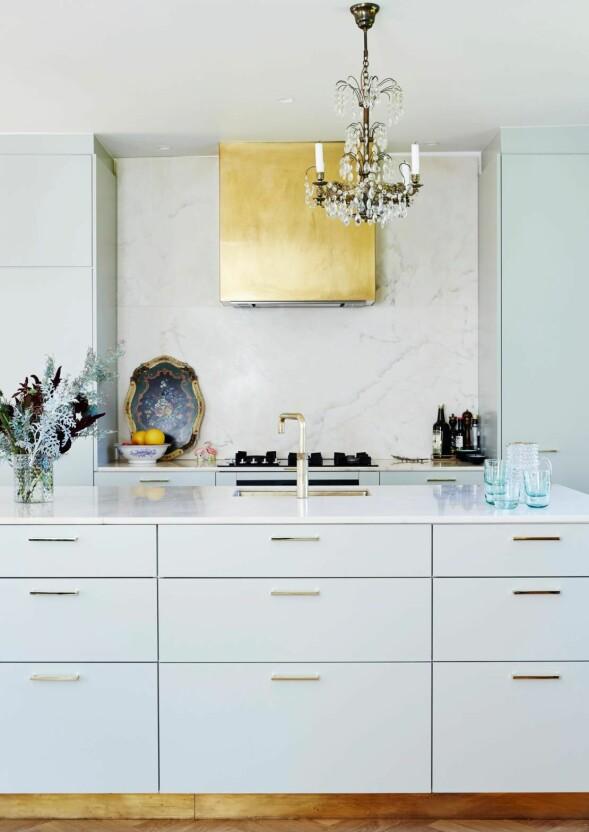 Skap og fronter er bygget av en snekker, mens alt messingarbeidet er utført av en smed. Marmorbordplatene er importert fra en marmorgruve i Italia. FOTO: Stylesystemet