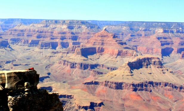 SYND I EGNE REKKER: KKs journalist Malin Gaden er en av dem som har tatt bilde på kanten av Grand Canyon. FOTO: Privat