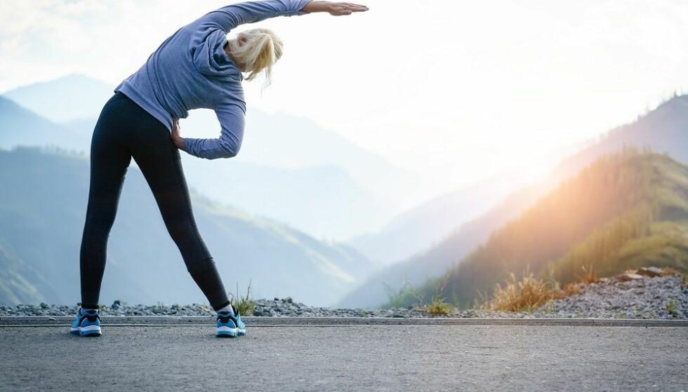 FYSISK AKTIV: Det er mer konstruktivt å fokusere på sunne endringer i kost og aktivitet, heller enn tallet på baderomsvekten, dersom man ønsker å endre sin BMI, sier ekspert. FOTO: Shutterstock