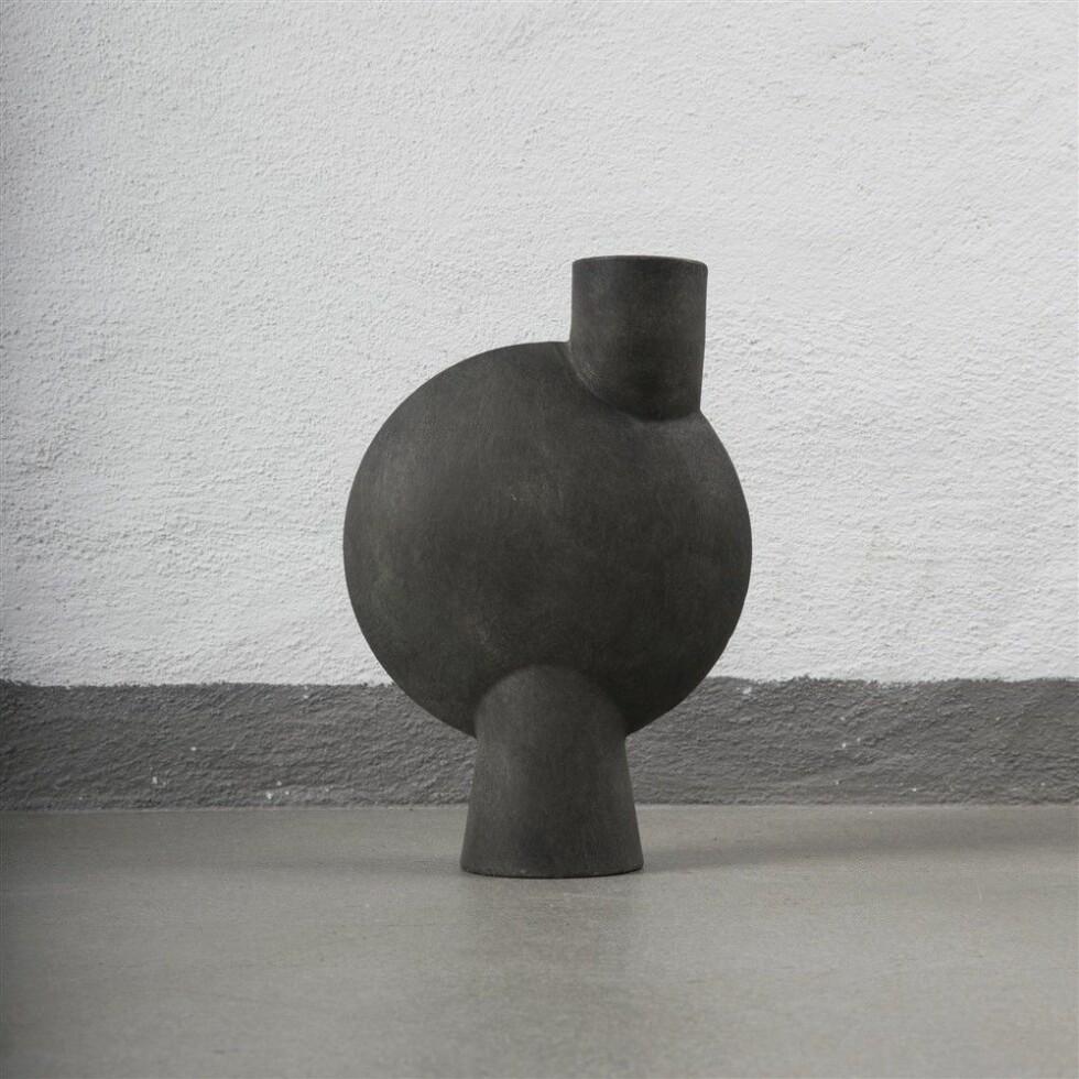 Vasen «Jace» blir fort blikkfanget i stua (kr399, Jotex).