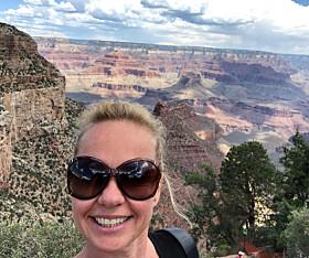 LIVET PÅ KANTEN: Journalist Hege Løvstad Toverud besøkte Grand Canyon i 2018. Her et selfie på South Rim. FOTO: Hege Løvstad Toverud