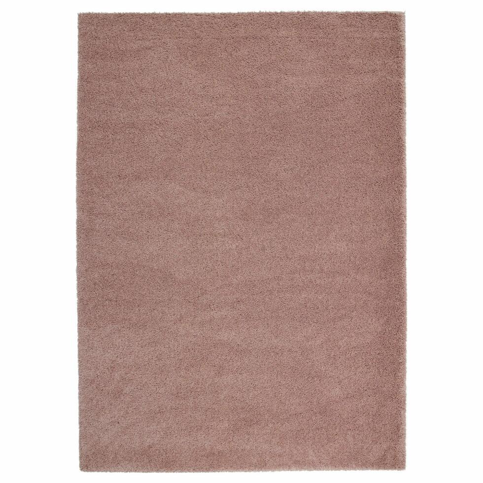 Det langluggete teppet «Ådum» demper lyd og er mykt under føttene (kr 699, Ikea).