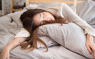Opplever du ofte følelsen av å «falle» rett før du sovner?