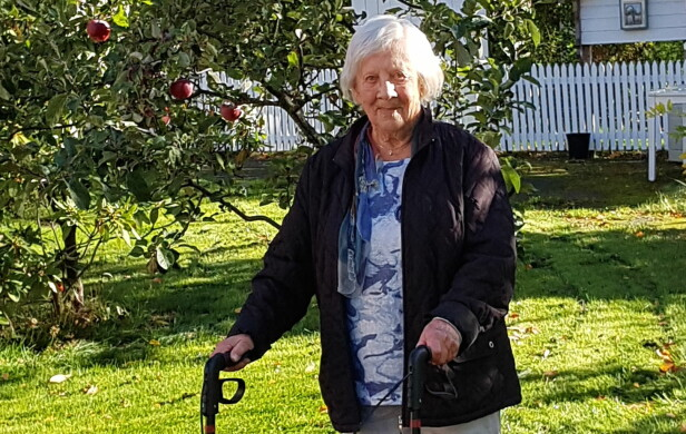 JUDITH (94): Selv om Judith for lengst har passert 90 år, er hun fremdeles en svært aktiv dame. Her går hun tur i nærområdet på Bekkelaget. FOTO: Berit Finnset