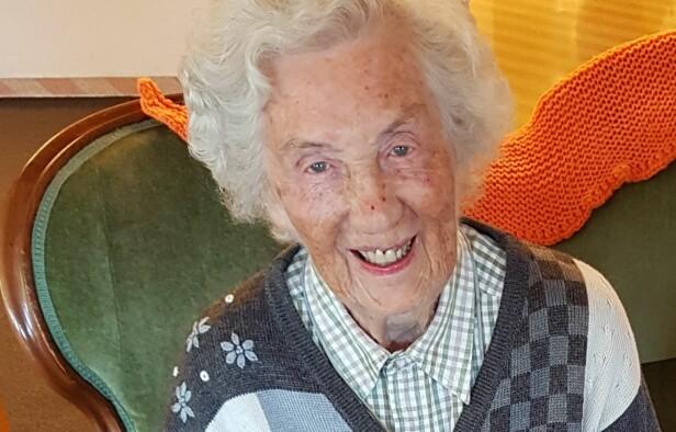 KATE (99): Hun drømte om å bli lege, men datidens normer gjorde at hun var hjemmeværende. Lykken der derfor stor at to av barna hennes fulgte hennes drøm og ble leger. 3. desember 2018 fyller Kate 100 år. FOTO: Berit Finnset
