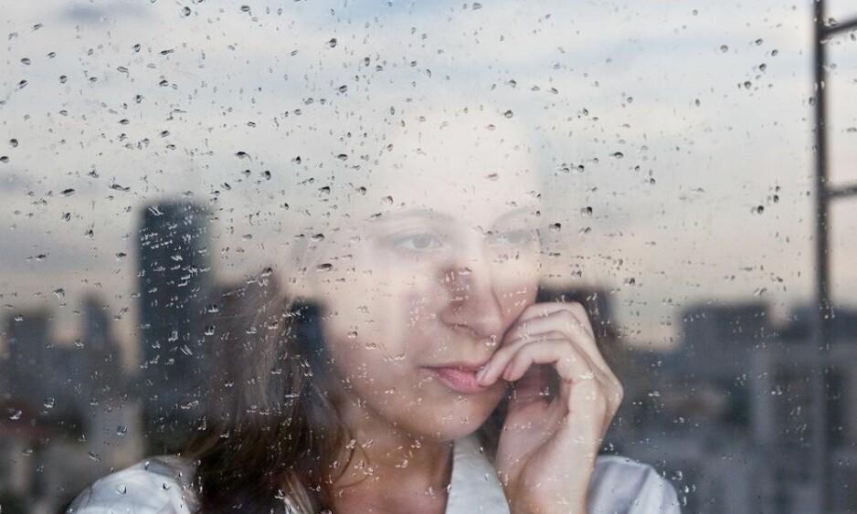 INDRE URO: Uvaner som å bite på negler og hud kan komme av indre uro. FOTO: Shutterstock