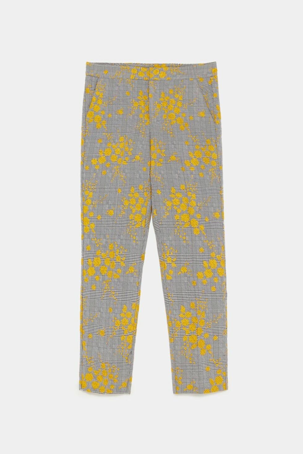 <strong>Gul, mønstrete bukse fra Zara  400,-  https:</strong>//www.zara.com/no/no/jacquardbukse-p04387234.html?v1=6454890&v2=1074755