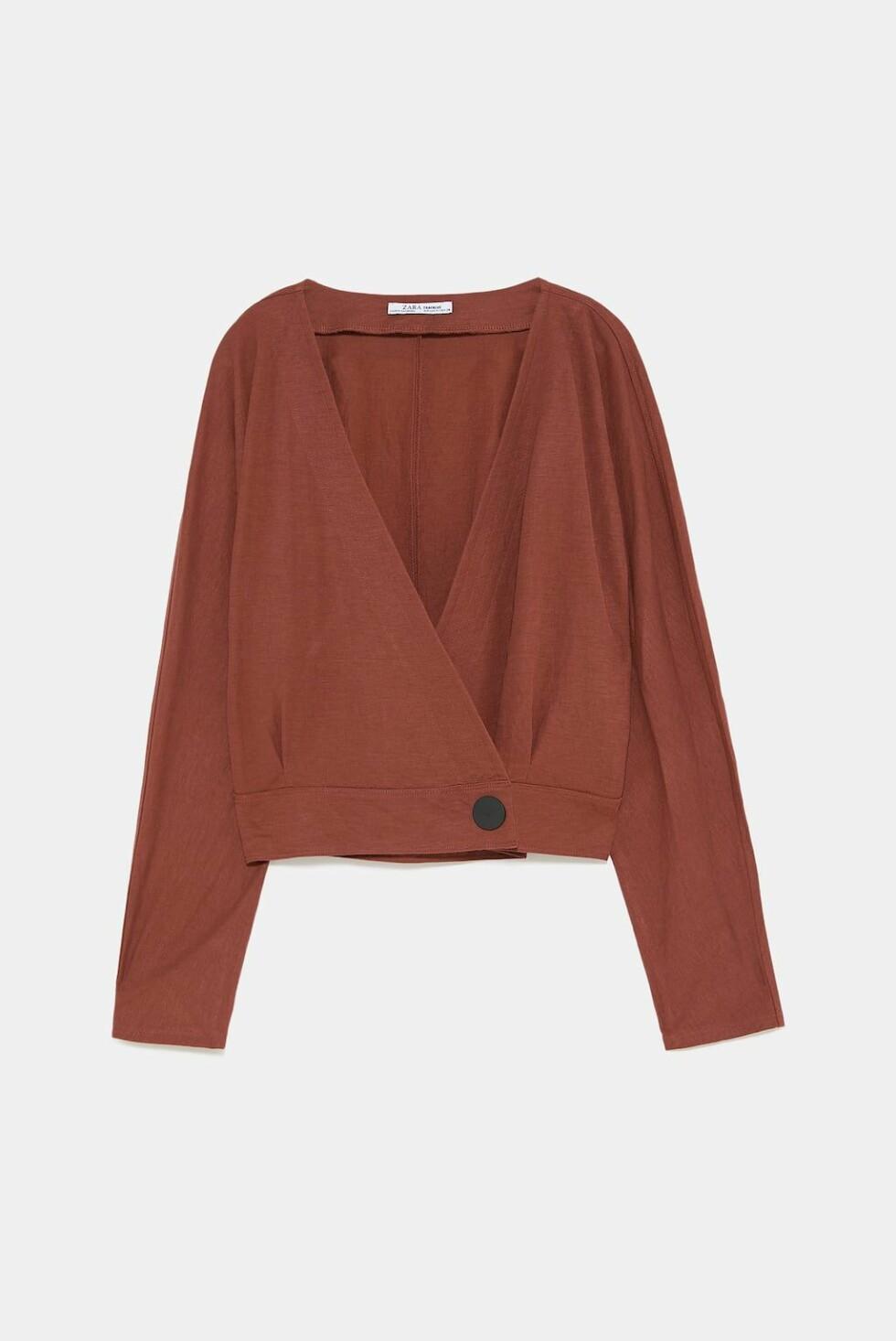 <strong>Topp fra Zara  230,-  https:</strong>//www.zara.com/no/no/topp-med-omslag-med-knapp-p05580302.html?v1=6621647&v2=1074755