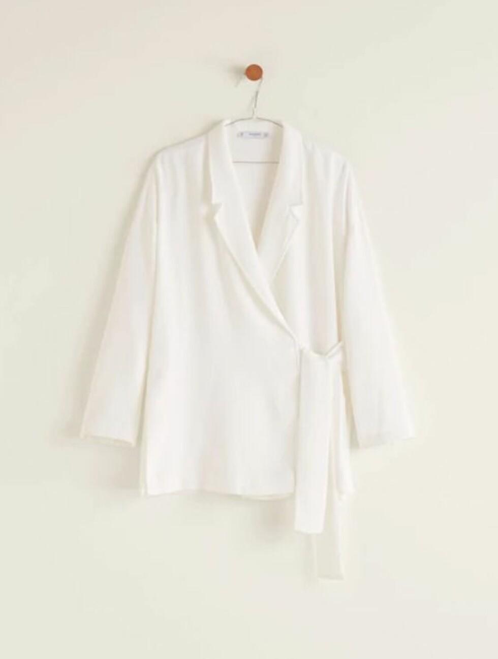 <strong>Blazer fra Mango  350,-  https:</strong>//shop.mango.com/no-en/women/jackets-blazers/unstructured-bow-blazer_31050957.html?c=02&n=1&s=prendas_she.familia;16,304