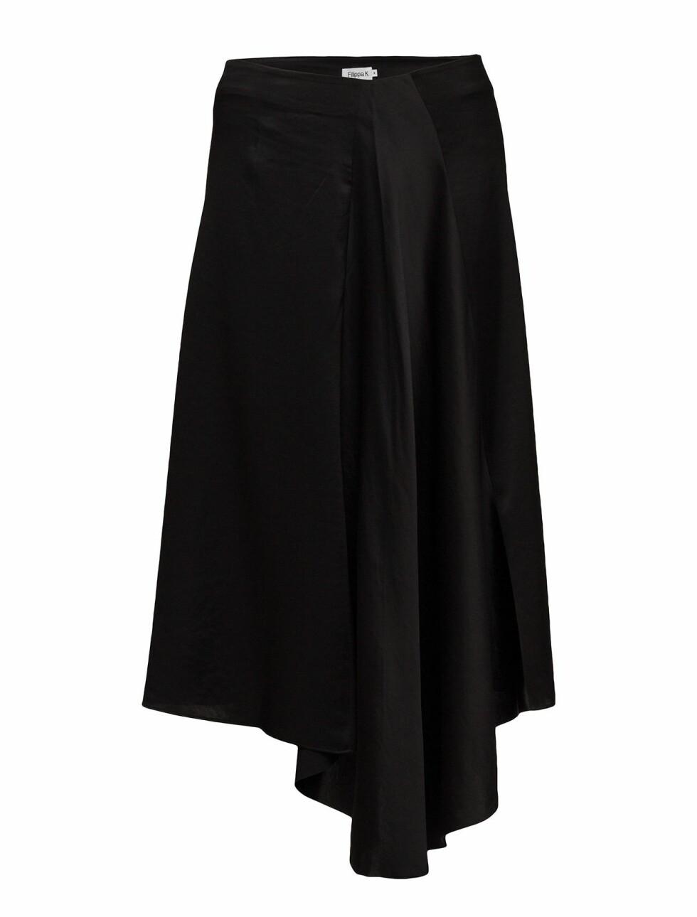 <strong>Skjørt fra Filippa K  2300,-  https:</strong>//www.boozt.com/no/no/filippa-k/drapey-satin-skirt_18680662/18680666?navId=67461&group=listing&position=1000000