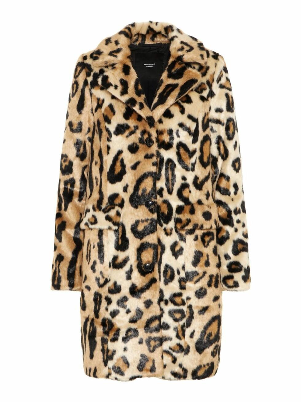 <strong>Kåpe fra Vero Moda  900,-  https:</strong>//www.veromoda.com/no/no/vm/kjoep-etter-kategori/jakker/leopard-kape-10202127.html?cgid=vm-jackets&dwvar_colorPattern=10202127_SilverMink_650481