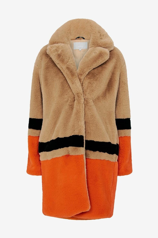<strong>Kåpe fra Inwear  2600,-  https:</strong>//www.ellos.no/inwear/fuskepels-gavi-coat/1529399-01