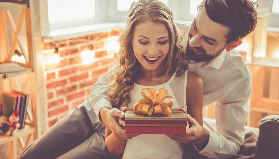 GAVER: Noen liker å vise sin kjærlighet ved å gi gaver, mens andre synes det virker overfladisk. FOTO: NTB Scanpix