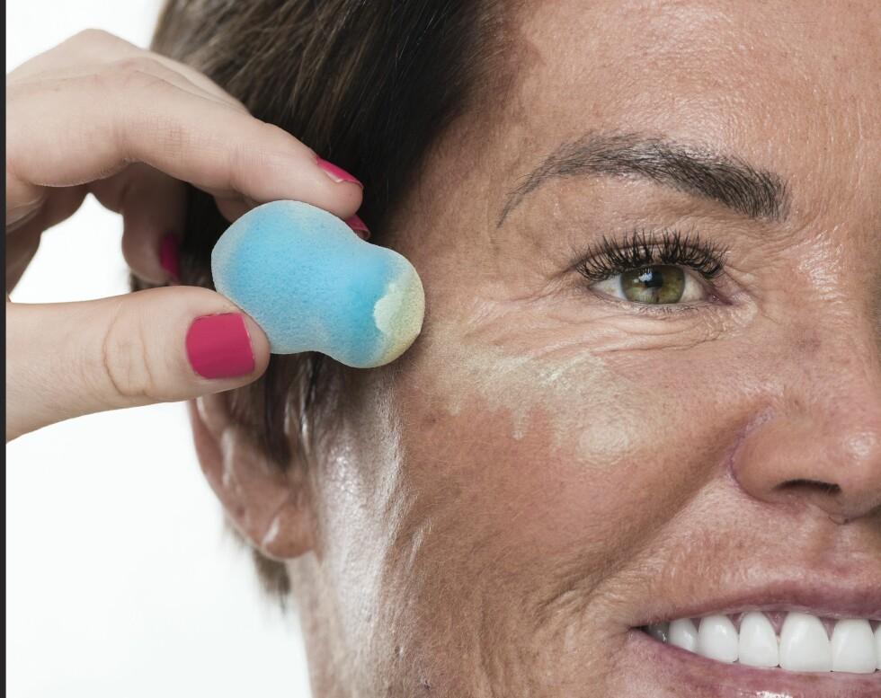1. Legg en CC-krem med hint av grønt for å nøytralisere det røde i huden. Dette vil også lysne opp og få fram kinnbeina bedre.