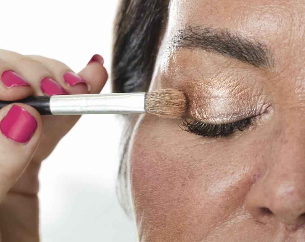 3. For å få til en myk soting av øynene kan du bruke en kobberfarget skygge til å ramme inn blikket med. Bruk en rund og myk kost for å få en naturlig finish.