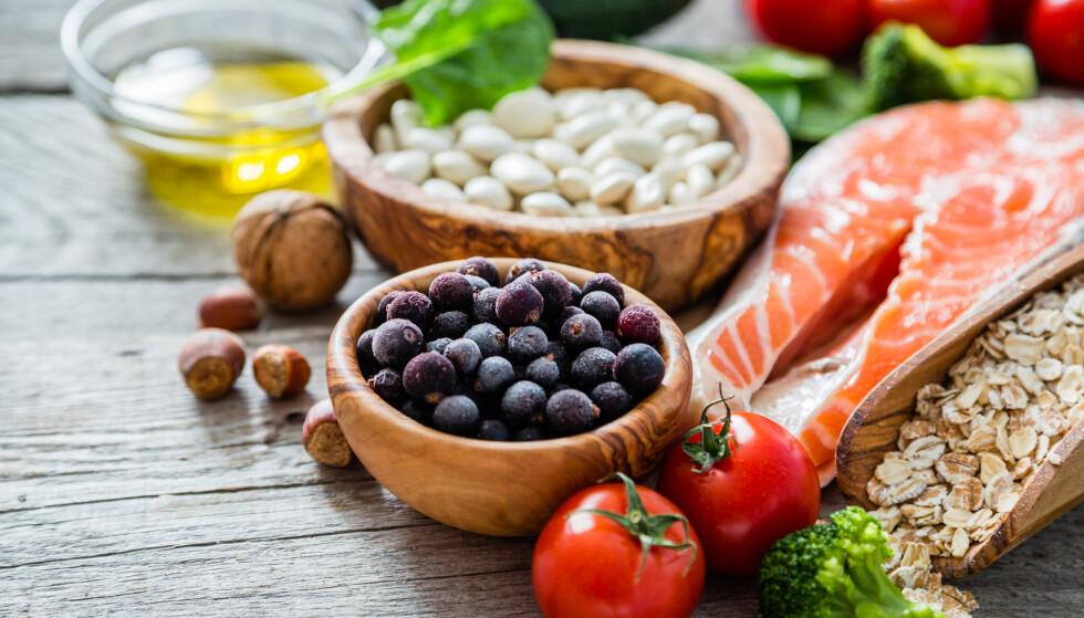 <strong>SUPERMAT:</strong> Linser, nøtter, yoghurt, fisk og grønnsaker er også supermat. Det beste kostholdet er variert, mener ekspertene. FOTO: NTB Scanpix