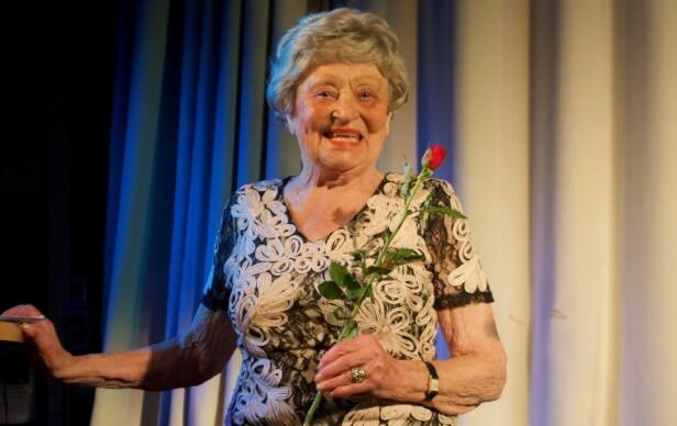 VEL OVERSTÅTT: Louise Astad fikk rose etter deltakelsen i moteshowet. FOTO: Angelica Martinsen