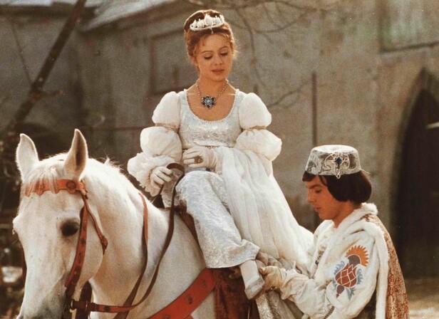 DRØMMEPAR: Askepott ble spilt av den da 19 år gamle tsjekkiske skjønnheten Libuse Safrankova. De utrolig detaljerte kostymene er én av grunnene til at vi digger den tradisjonsrike filmen! FOTO: NRK