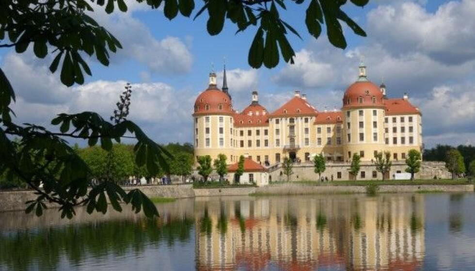 SLOTTET: Jaktslottet Schloss Moritzburg, som er bygget i 1500-talls barokkstil, ligger i nærheten av Dresden i Sachsen. I «Tre nøtter til Askepott» forestiller dette kongeslottet, hvor kongeparet arrangerer ball for prinsen. FOTO: NTB Scanpix