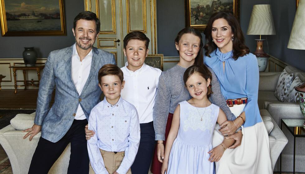 FEIENDE FLOTT FAMILIE: Kronprinsesse Mary med ektemannen kronprins Frederik og barna Vincent (7), Christian (13), Isabella (11) og Josephine (7) i anledning kronprinsens 50-årsdag i mai i år. FOTO: Franne Voigt / Kongehuset.dk