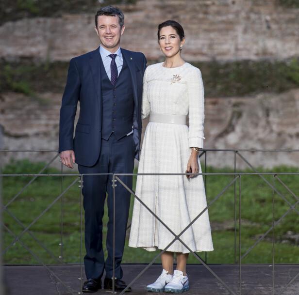 <strong>HYLLES FOR SKOVALG:</strong> Kronprinsesse Mary byttet ut stiletthælene med et par praktiske Nike-sneakers da hun og ektemannen kronprins Frederik vandret rundt i de antikke ruinene ved Terme di Caracalla i Roma i november. FOTO: NTB Scanpix