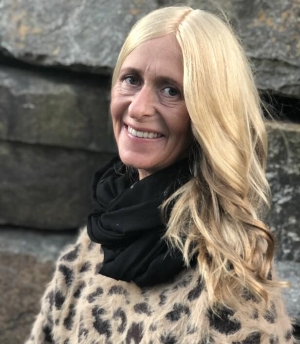 SVÆRT NATURTRO: Anne Tindeland Lie får mye skryt av håret sitt. – Den eneste forskjellen mellom mitt hår og andres, er at jeg vasker det uten at det er på hodet, sier hun med et smil. FOTO: Apollo Hårsenter