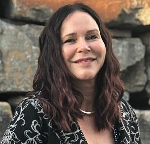 EKSPERT PÅ PARYKKER: Elin Skogland har jobbet med parykker i over 30 år og har mange fine historier om alle hun har hjulpet. FOTO: Apollo Hårsenter