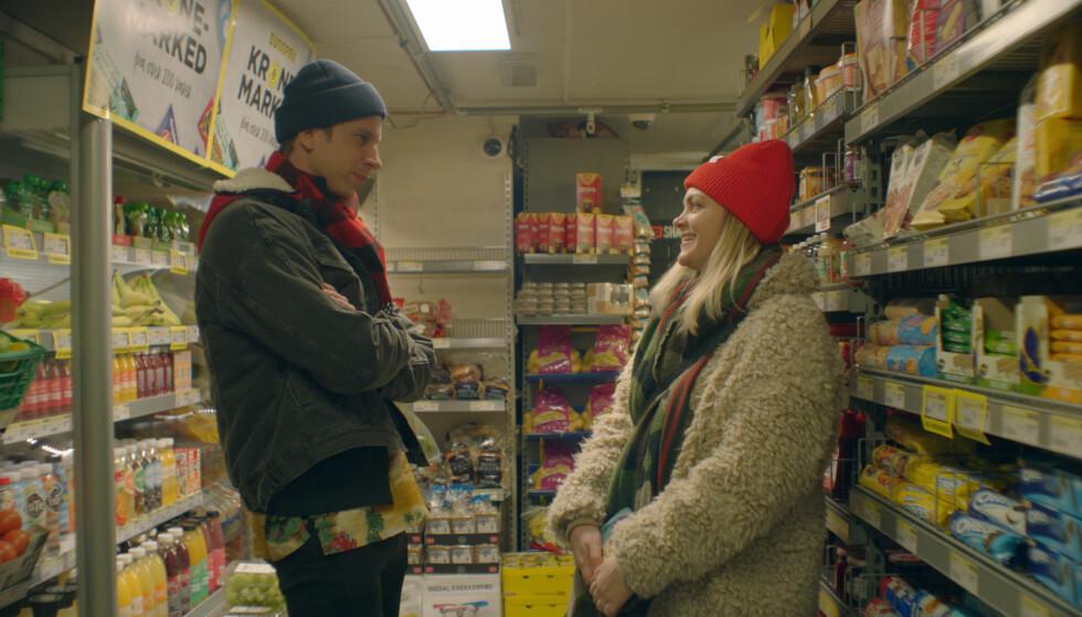 TØR HUN Å ÅPNE HJERTET SITT?: Elise og Ole (spilt av Herbert Nordrum) har vært on-and-off i mange år, men nå ser det ut til at de to skal forsøke å gi kjærligheten en sjanse. Spørsmålet er bare om Elise klarer å åpne hjertet sitt for nabokjekkasen. FOTO: NRK