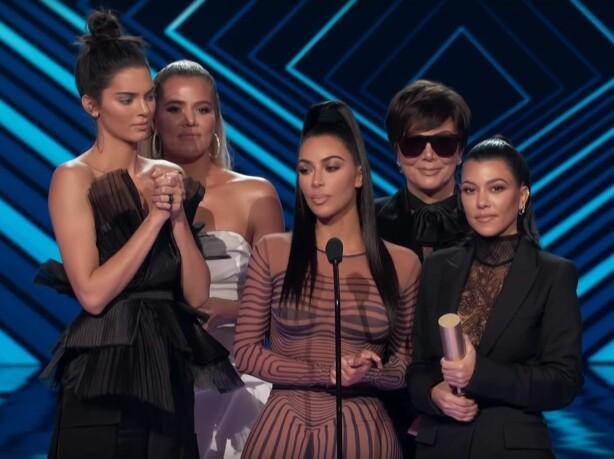 Fra venstre: Kendall Jenner, Khloe Kardashian, Kim Kardashian, Kris Jenner og Kourtney Kardashian. Foto: Skjermdump fra Youtube: E! Red Carpet & Award Shows
