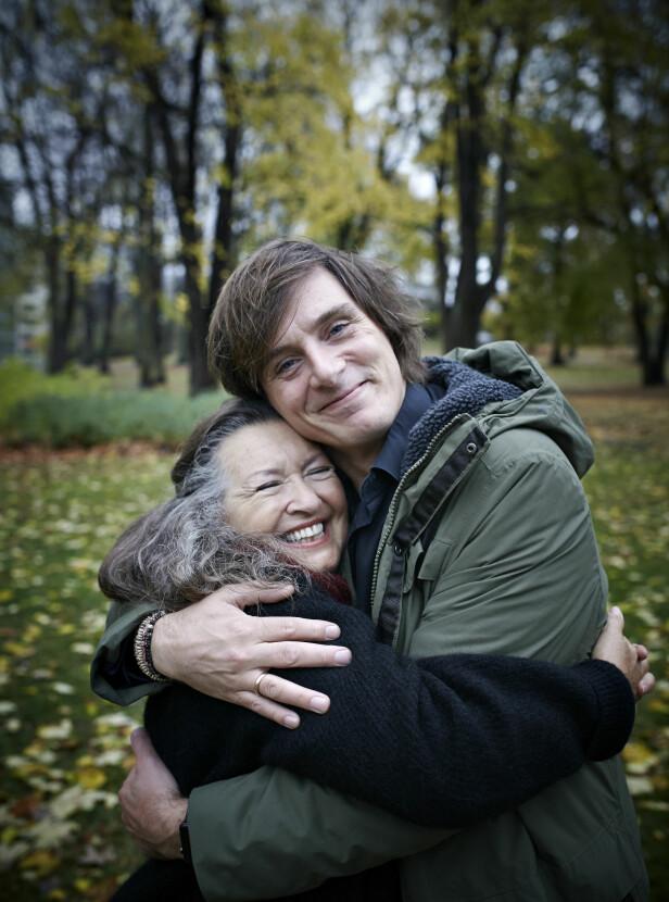 UNIKT FORHOLD: Grete Komissar og Simon Stranger oser varme og kjærlighet overfor hverandre. FOTO: Geir Dokken