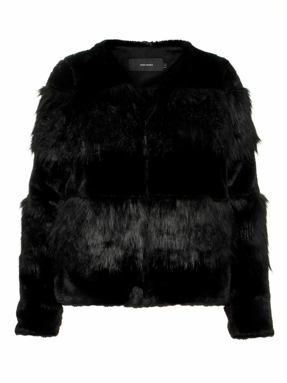 Svart fuskepels fra Vero Moda |700,-| https://www.veromoda.com/no/no/vm/kjoep-etter-kategori/jakker/syntetisk-pels-jakke-10201146.html?cgid=vm-jackets&dwvar_colorPattern=10201146_Black